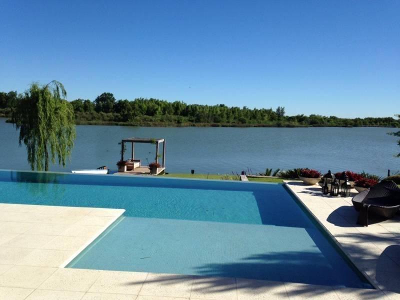 lindísima casa al lago central ubicada en uno de los mejores lotes de el golf