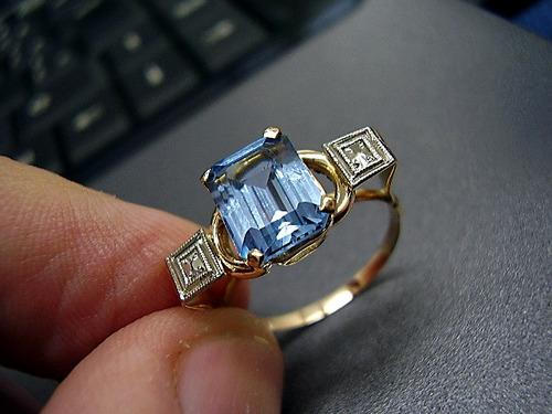 lindo   anel clássico  ,topázio  azul  em ouro