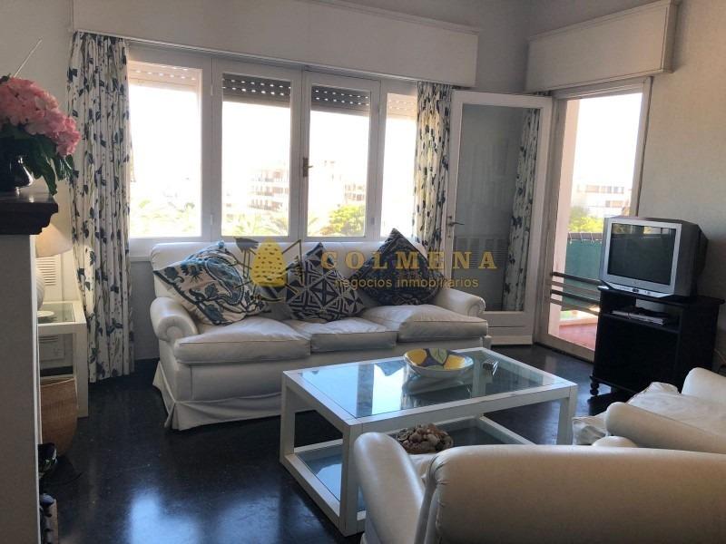 lindo apartamento en emblematico edificio frente a la plaza de punta del este-ref:776