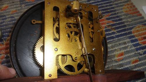 lindo e antigo relógio de parede marca alemão duas setas .