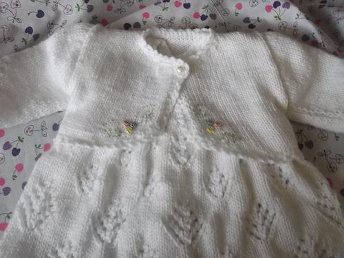 lindo juego de vestido y bolerito  para bebe tejidos  a mano
