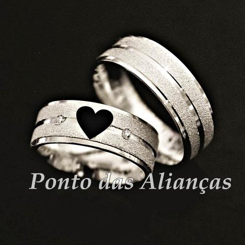 lindo par de alianças de prata diamantada com coração vazado