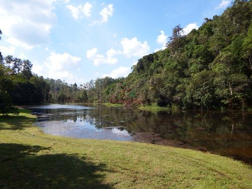 lindo sítio com piscina aquecida e lago com muitos peixes.