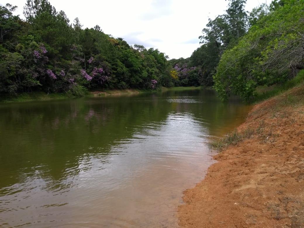 lindo sítio frente para a represa