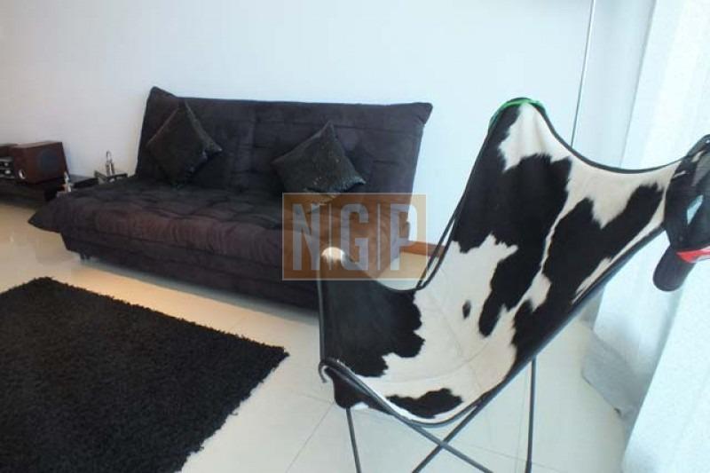 living comedor, cocina integrada, 1 dormitorio,  1 baño, terraza, garaje. aire acondicionado en living comedor -ref:10755