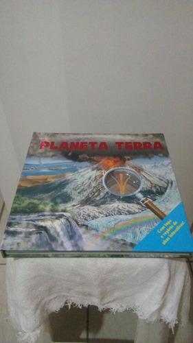 livro planeta terra com lupa e refleto de abas interativas