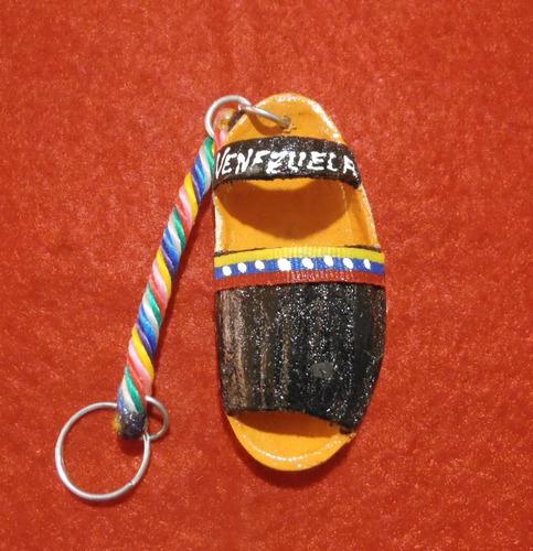 llavero artesanal alpargata en semilla con bandera venezuela