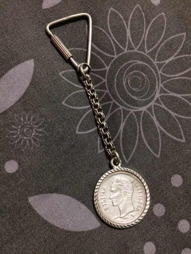 llavero de plata con moneda de 1 bolívar