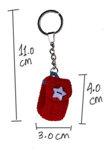 llavero tejido mochila roja