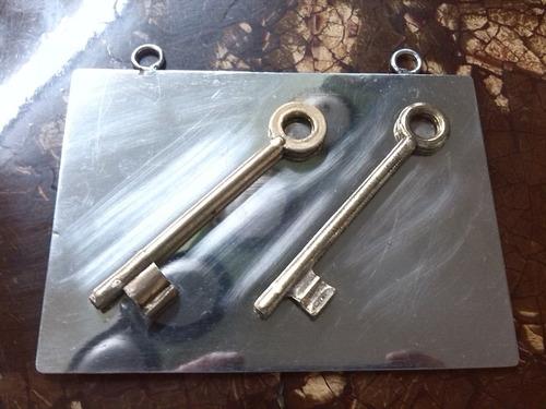 llaves antiguas en bronce sobre platina cromada tipo cuadro