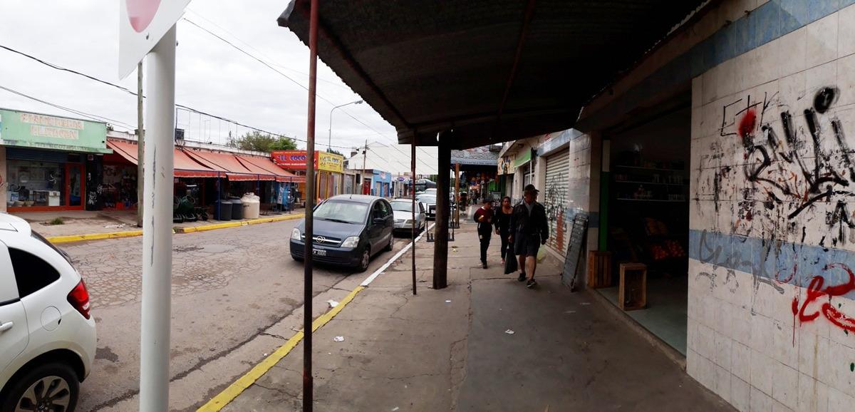 local avenida evita en arteria comercial de el jaguel