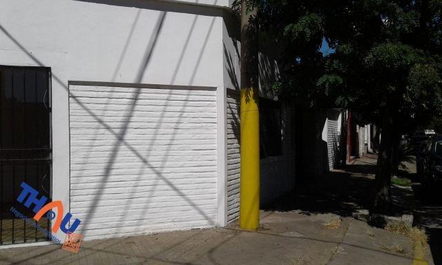 local céntrico comercial de 35 m2, ingreso y vidriera en ochava con reja de seguridad y baño.