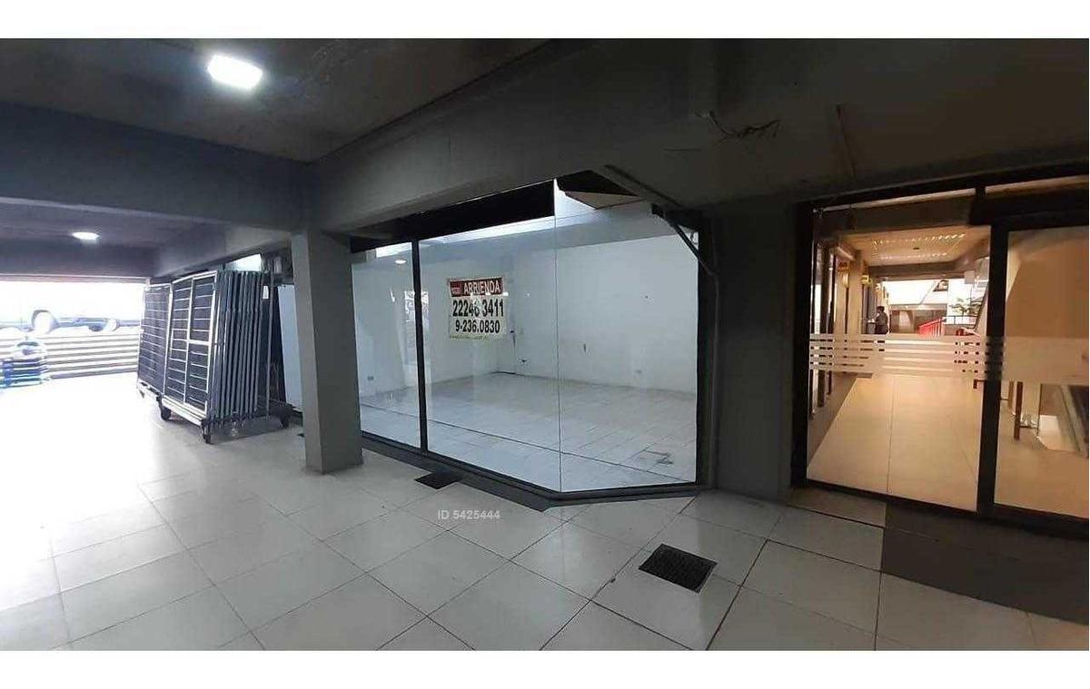 local comercial, centro comercial omnium / cercano metro escuela militar, amplias vitrinas y baño
