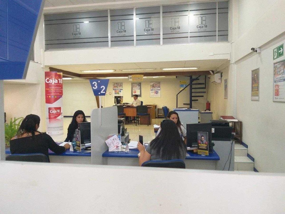 local comercial / metro u.católica .