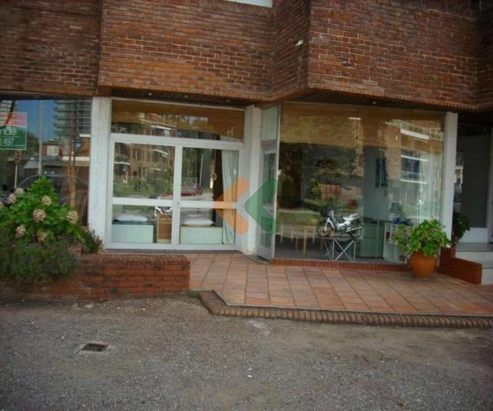 local comercial sobre avenida italia-ref:942