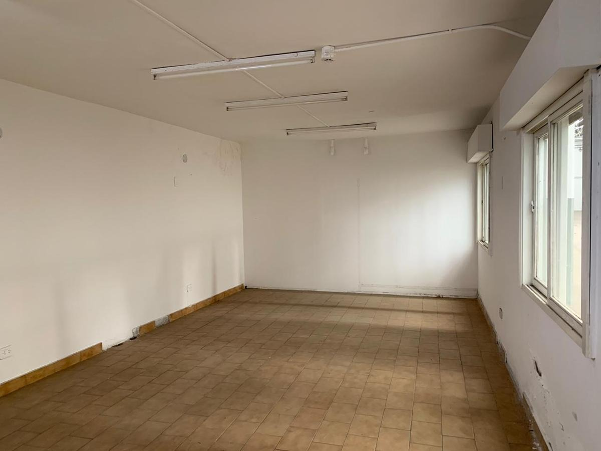 local comercial y galpón 1450 m² cub. - frente a 3 calles sobre avenida -  s.justo (ctro)