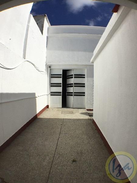 local con casa de 4 dormitorios. 370m2 todo hormigon! -iza-