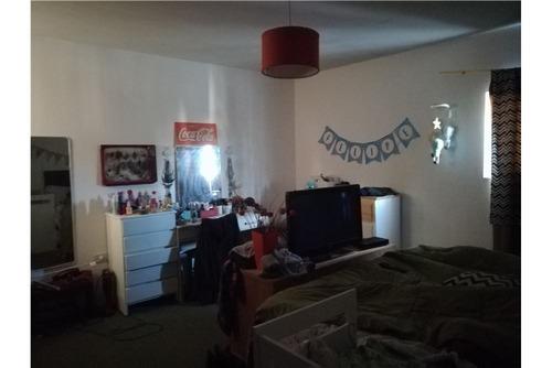 local con departamento de dos dormitorios