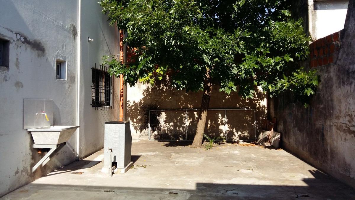 local con doble persiana y pequeño espacio de estacionamient