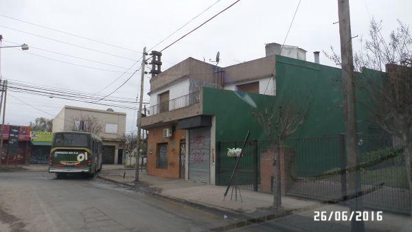 local con vivienda a dos cuadras de la estación