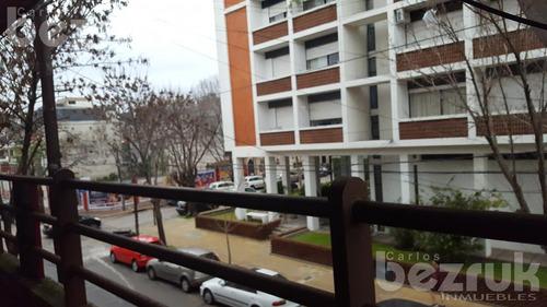 local con vivienda y/o oficinas, en martine. deposito, baños independientes, terraza en martinez