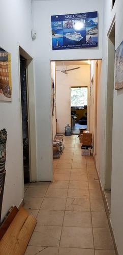 local de 130 m2 en centro de adrogue - 1er piso por escalera