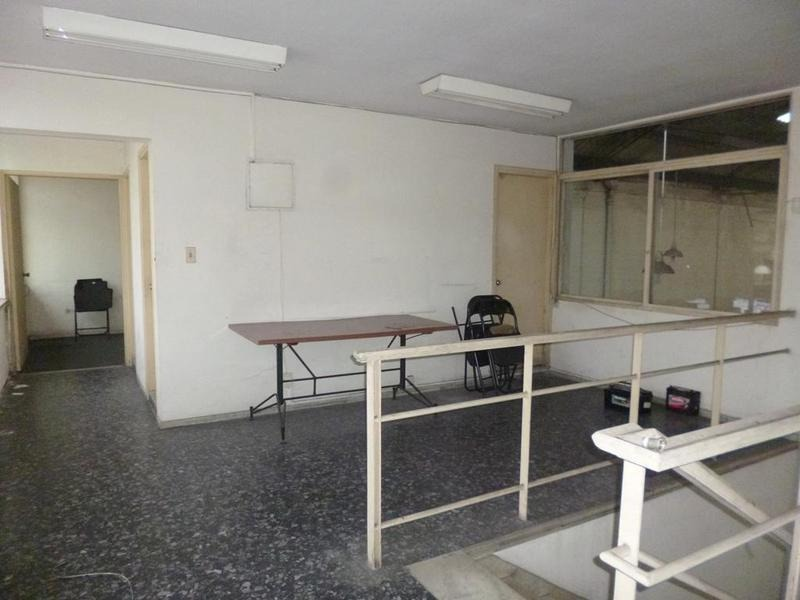 local de 498m2. 4 oficinas. 5 baños.-