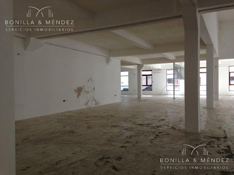 local de grandes dimensiones, 1200 m2, a pasos de calle 20