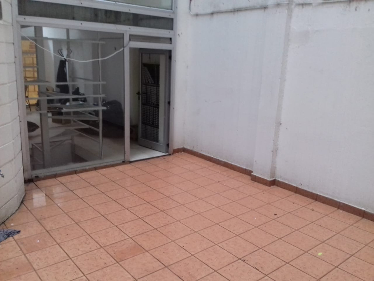local en dos plantas con patio