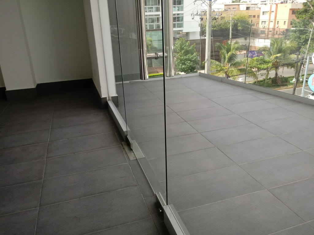 local en moderna plaza comercial en bella vista 203m2