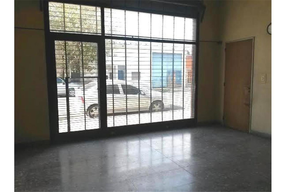 local en piñeiro 45 m2 con vidriera y cortina metálica. cuen