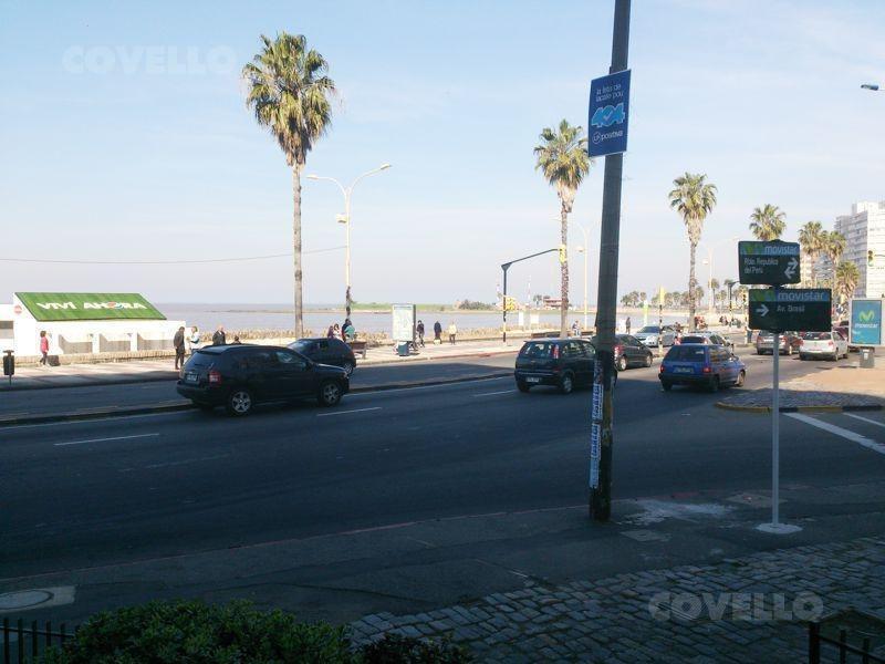 local  pocitos sobre rambla, amplia vidriera al mar, terraza, entrada coches.