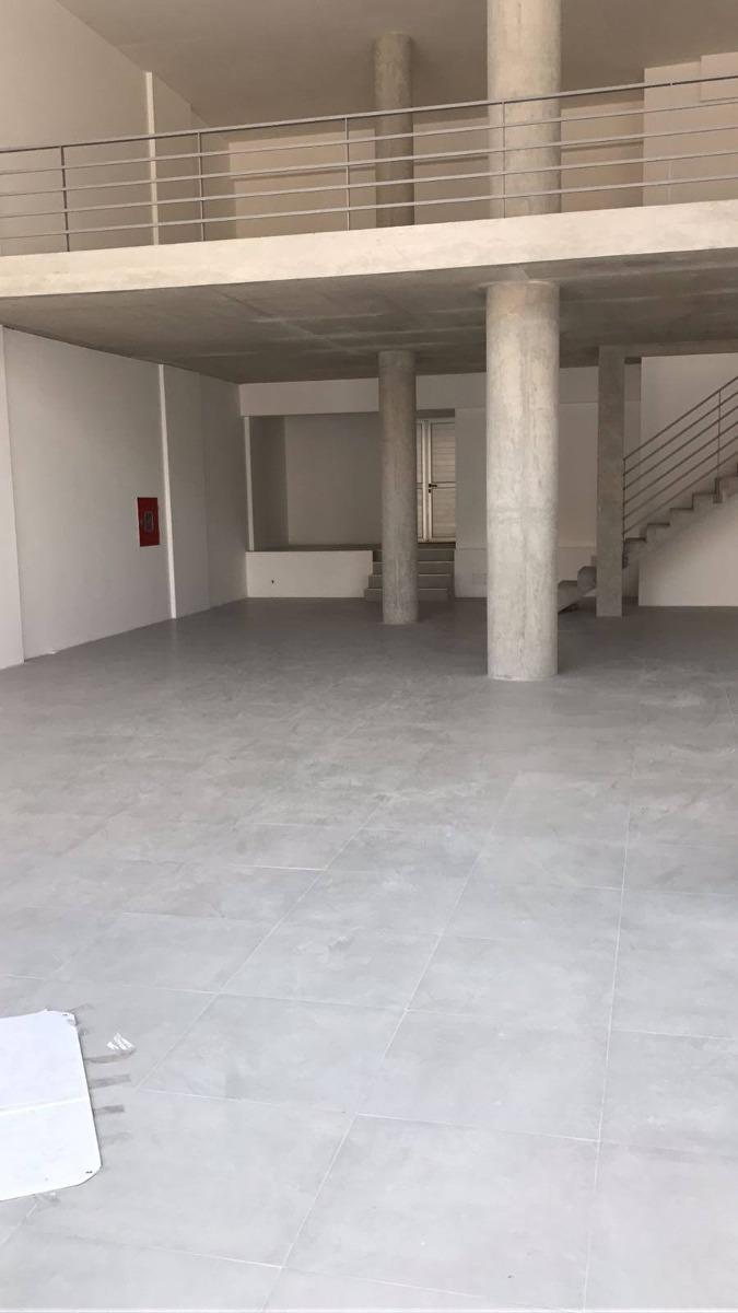 local sobre 18 de julio. a estrenar 300 m2, 11 m de frente