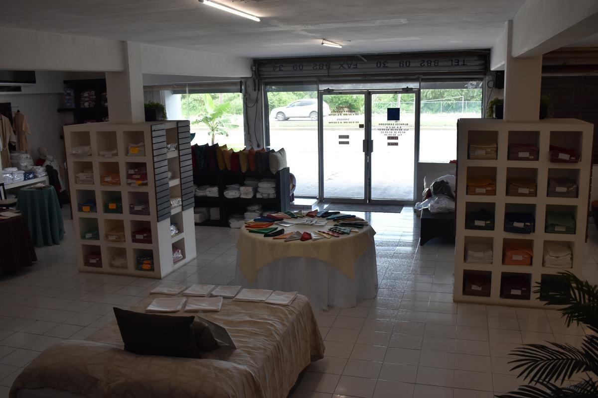 local tipo showroom con bodega cancún a pie de carretera c2703