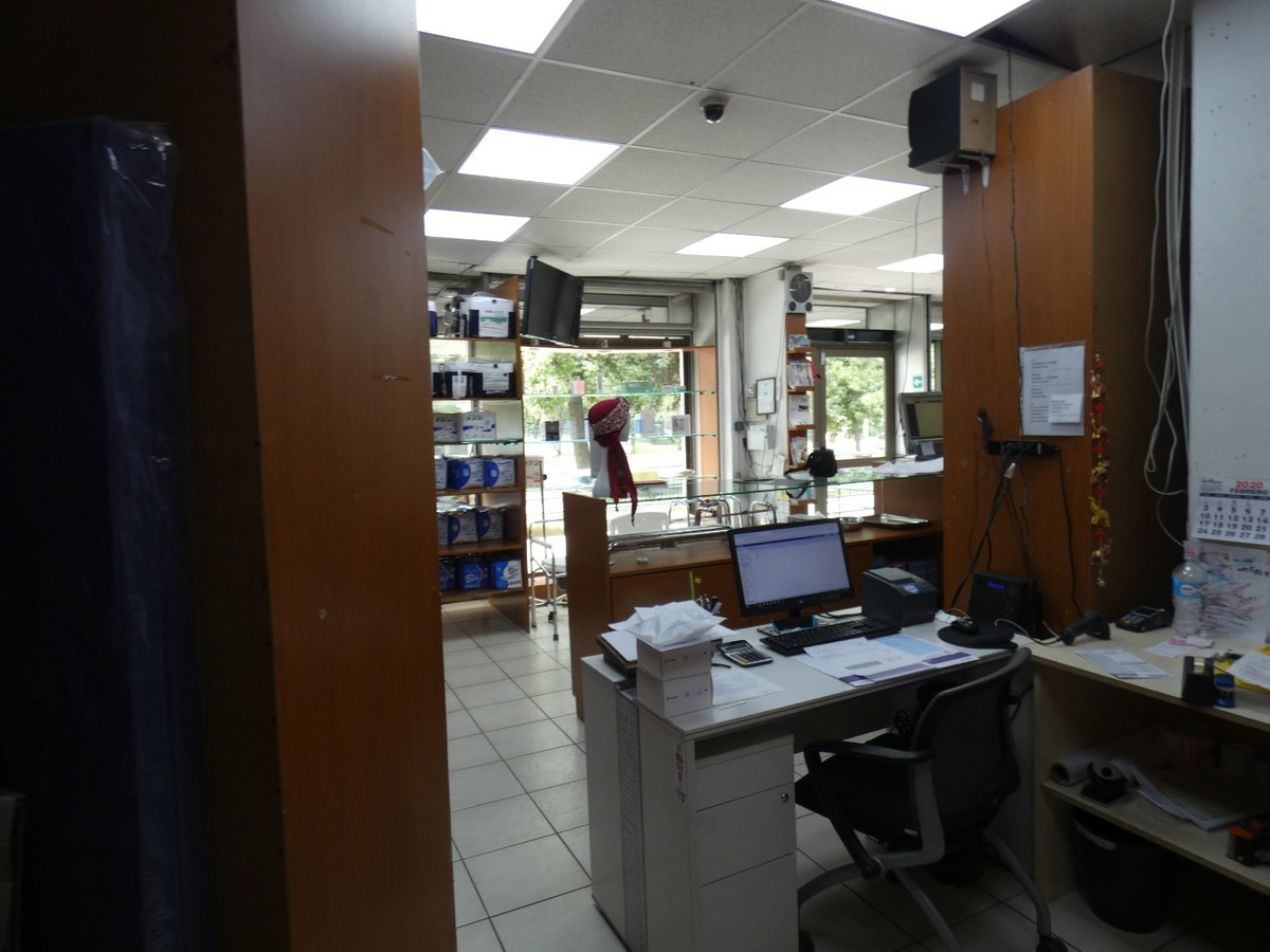 local1 baño,1 estacionamiento, rotonda de vitacura, frente a clínica alemana