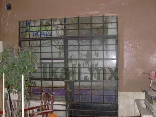 locales en renta en tuxpan, veracruz, excelente ubicación, en el centro financiero de tuxpan y zona de restaurantes a una cuadra del parque reforma. cuenta con 2 cortinas de acero y una puerta de her