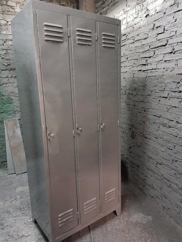 locker metálico de 4 puertas largas.