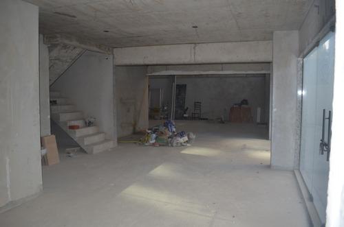 lojão no centro, de esquina, com revestimento em porcelanato