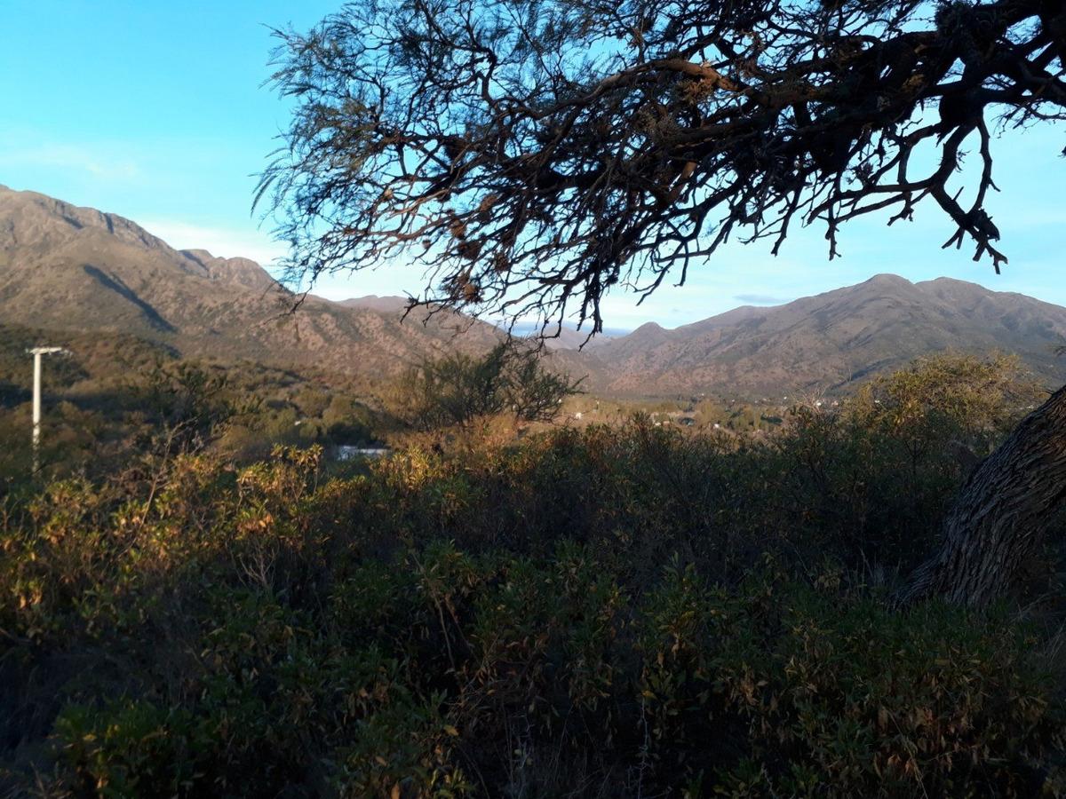 loma con vista al uritorco y al pueblo de capilla del monte