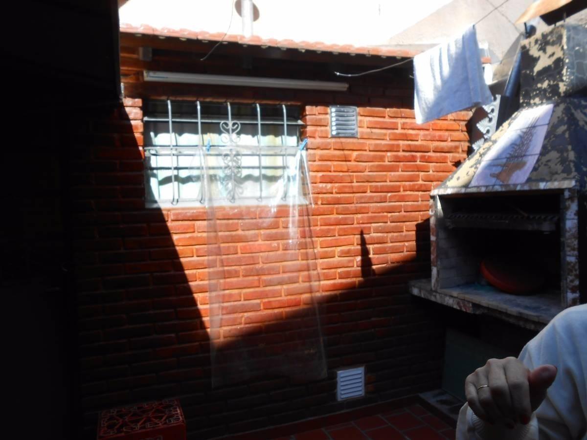 lomas del mirador - venta - casa 3 ambientes con patio y parrilla