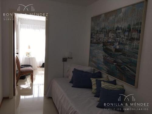 long beach, 2 dormitorios y medio, pisos reciclados, balcón cerrado e incorporado al comedor.