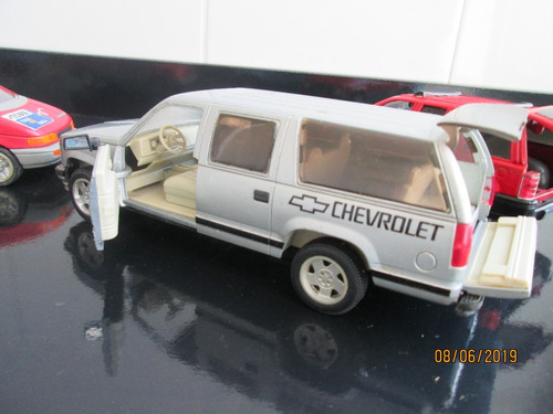 lote 1\24 chevrolet silverado suburban - taxi - suv