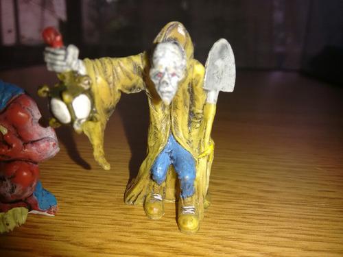 lote 2 figuras zombie sepulturero y demonio