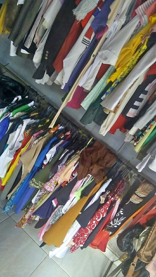 7e930bcaa7 lote 30 peças de roupas femininas usadas 1ª linha p brechó. Carregando zoom.