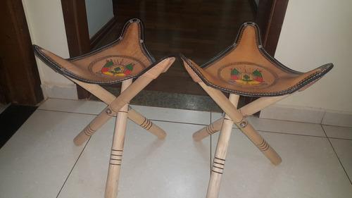lote c/ 2 assento tripé articulado / banquetas / bancos / mocho / com brasão do rio grande / couro / pouco uso / (leia)