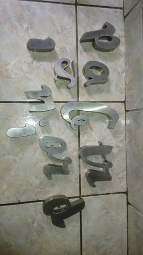 lote com letras em metal