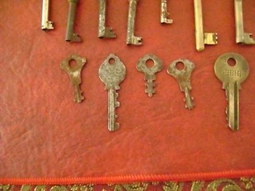 lote de 18 muy antiguas llaves algunas bronce
