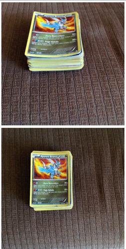 lote de 250 cartas de pokémon.