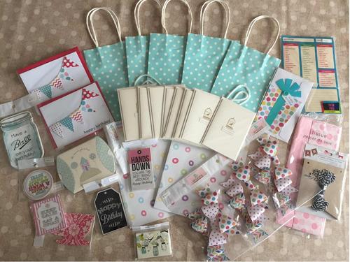 lote de surtido de tarjetas y bolsas de regalo