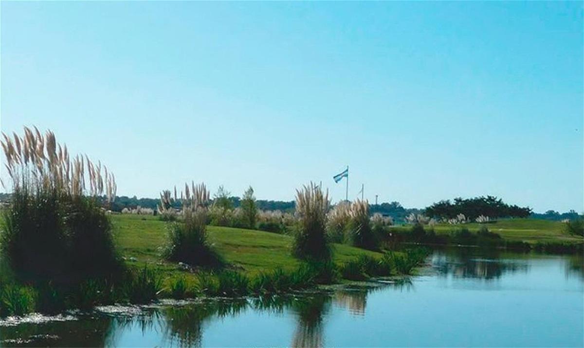lote en el canton golf a espejo de agua